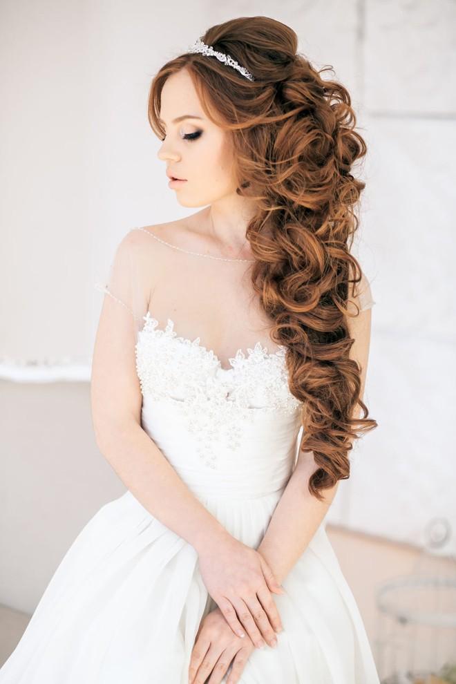6 kiểu tóc buông dài giúp cô dâu thêm quyến rũ - Hình 11