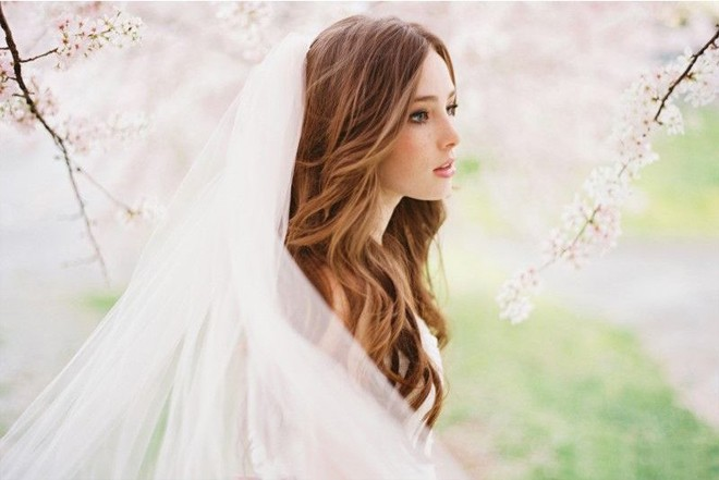 6 kiểu tóc buông dài giúp cô dâu thêm quyến rũ - Hình 20