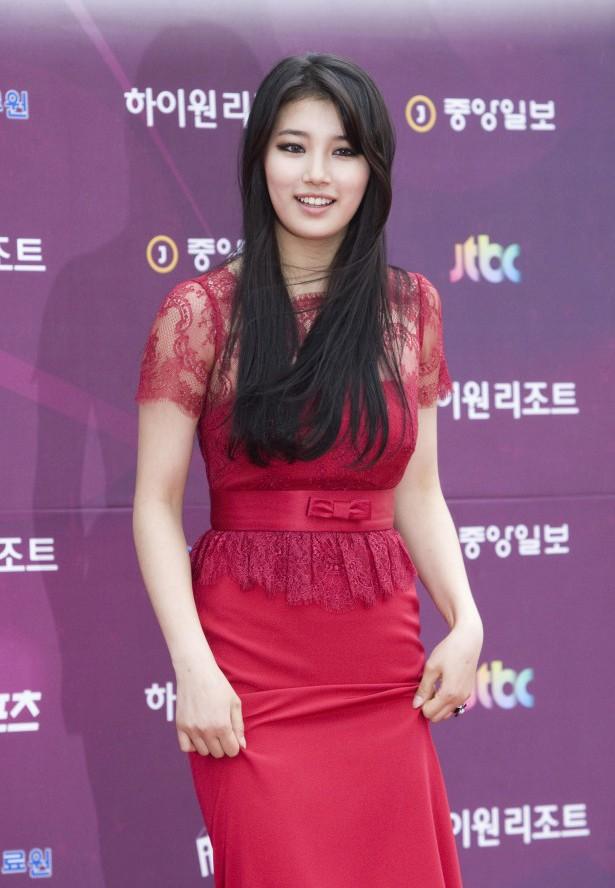 Phong cách đối lập nữ tính - bụi phủi của bạn gái Lee Min Ho - Hình 1