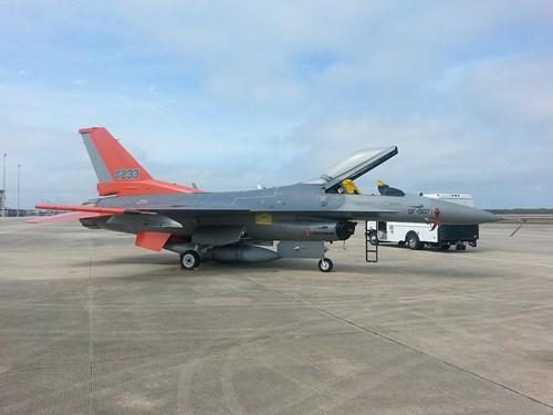 UAV tiêm kích QF-16 đóng giả Su-27 cho Mỹ tập bắn - Hình 1