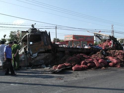 Xe tải chở 14 tấn hành bốc cháy dữ dội - Hình 1