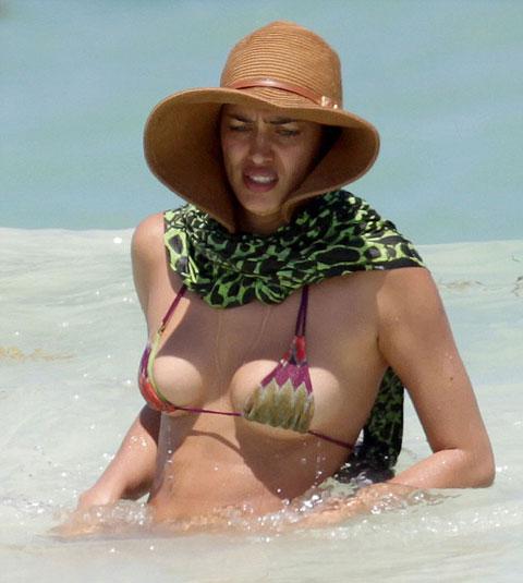 Áo ngực bé tí xíu, Irina Shayk vừa tắm vừa lo lộ hàng - Hình 2