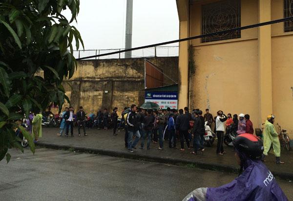 CĐV đội mưa chờ bán vé ở sân Vinh - Hình 1