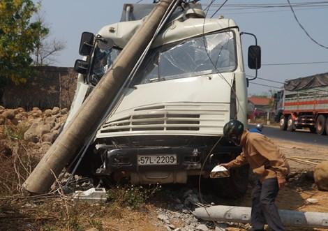 Kinh hãi xe bồn chở xăng tông gãy trụ điện - Hình 1