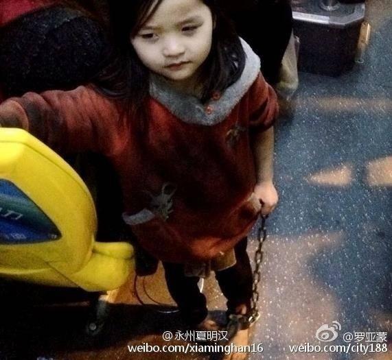 Trung Quốc: Bé gái 4 tuổi bị xích hai chân dậy sóng cư dân mạng - Hình 1