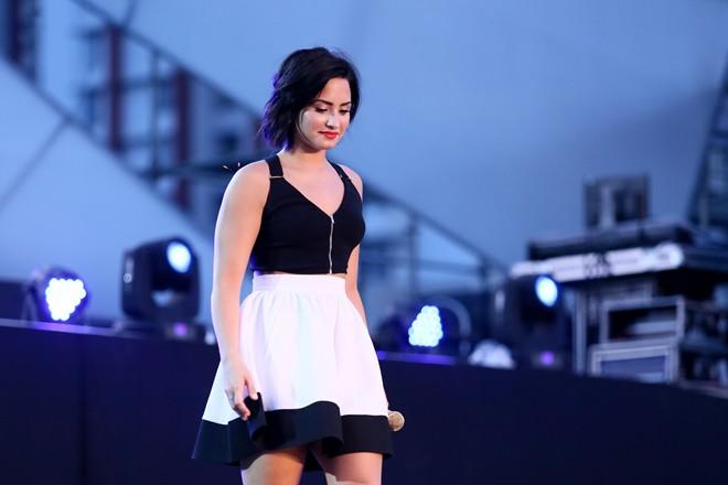 Demi Lovato xinh đẹp đi tổng duyệt cùng sao Việt - Hình 1