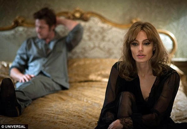 By The Sea: Angelina Jolie rơi nước mắt trong vòng tay của Brad Pitt - Hình 2