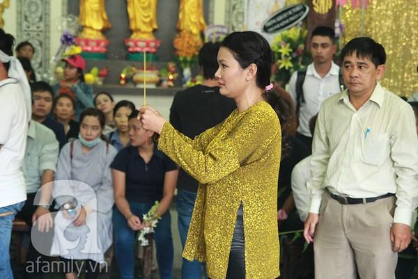 Mẹ và vợ òa khóc bên linh cữu của Duy Nhân - Hình 1