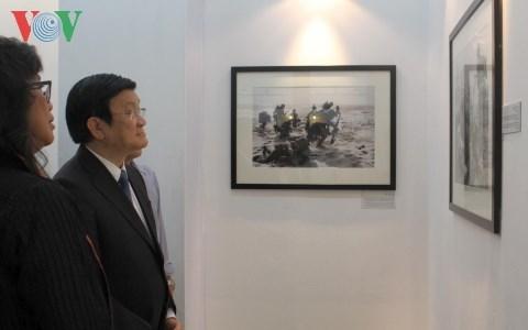 Chủ tịch nước thăm triển lãm Việt Nam - Cuộc chiến tranh qua ảnh - Hình 1