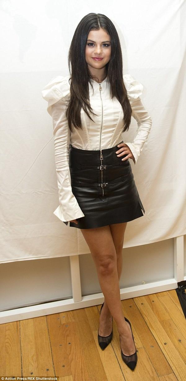 Selena Gomez mặt tròn xoe đáng yêu khi dự họp báo - Hình 1