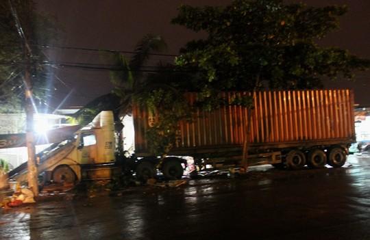 Tông liên hoàn lúc nửa đêm, xe container bay vào 3 nhà - Hình 1