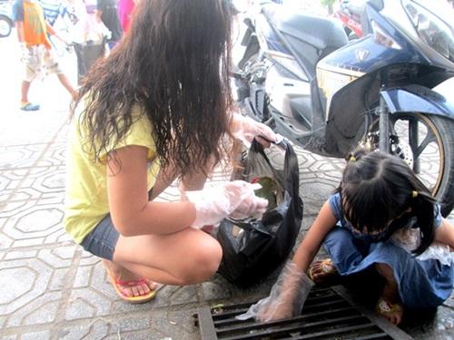 Trẻ em nhặt rác để làm gương cho người lớn