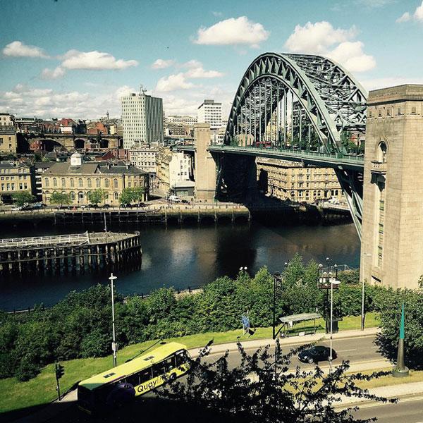 Tân binh Newcastle mang theo Á hậu Pháp tới Anh