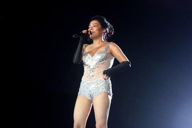 Váy đầm biểu diễn của ca sĩ trẻ càng ngày càng ngắn! - Hình 21