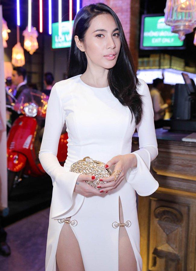 11 mỹ nhân Việt gây tò mò với váy khó mặc nội y - Hình 2