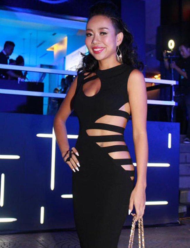 11 mỹ nhân Việt gây tò mò với váy khó mặc nội y - Hình 15