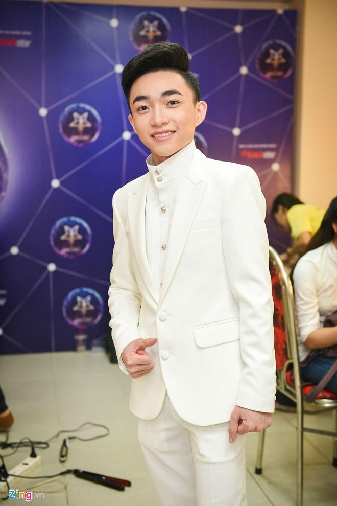 Quang Linh chăm chút trang phục cho học trò thi bolero