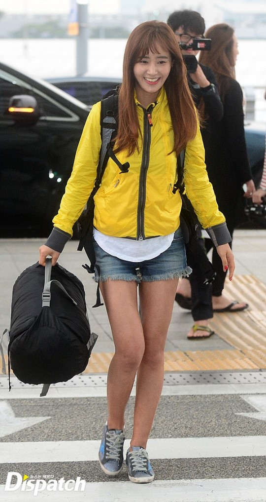 Yuri (SNSD) thu hút mọi ánh nhìn với cặp đùi mật ong tại sân bay