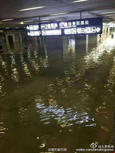Ảnh: Biển nước nhấn chìm hệ thống tàu điện ngầm Trung Quốc - Hình 3