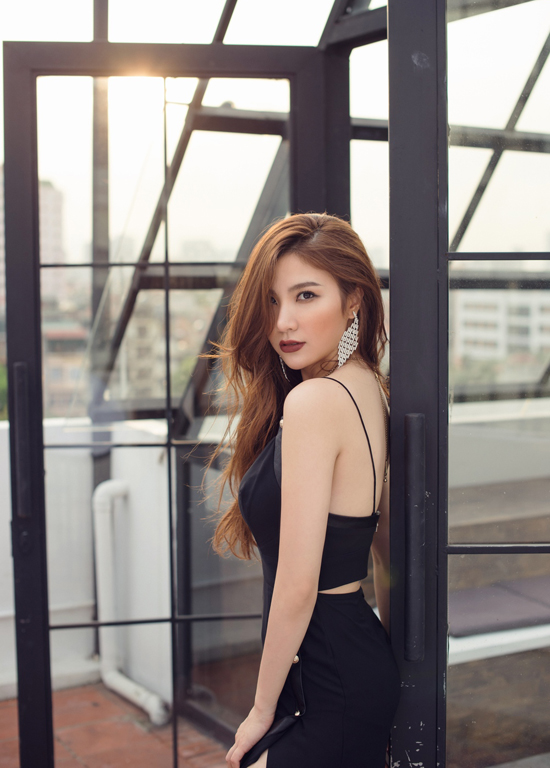 Hạnh Sino khoe vẻ sexy với váy khoét trên xẻ dưới - Hình 3