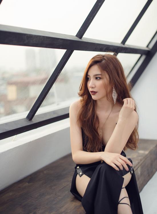 Hạnh Sino khoe vẻ sexy với váy khoét trên xẻ dưới - Hình 8