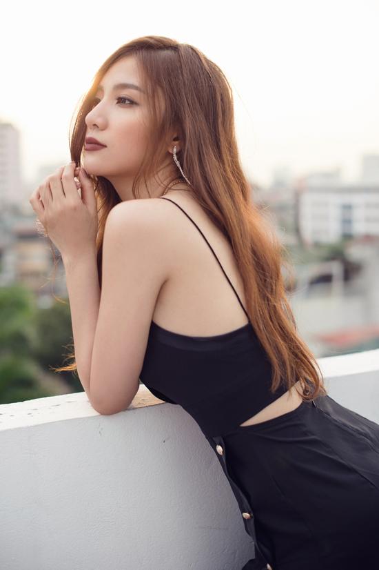 Hạnh Sino khoe vẻ sexy với váy khoét trên xẻ dưới - Hình 4