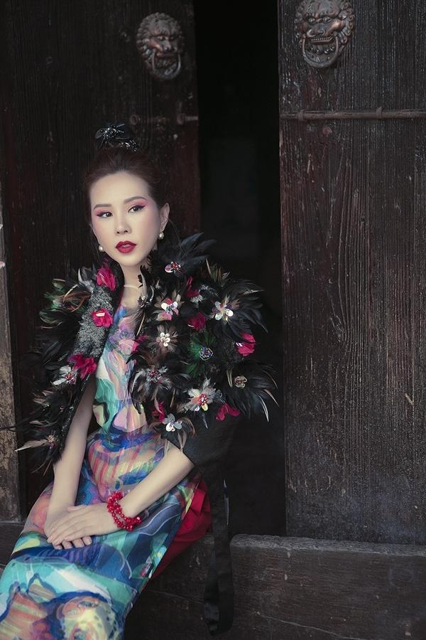 Hoa hậu Thu Hoài khoe nhan sắc tuổi 41 ở Phượng Hoàng cổ trấn