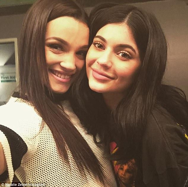 Hóa ra chị em Kardashian còn có một cô em họ với nhan sắc quyến rũ không kém Kendall