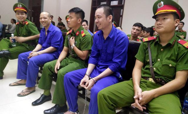 Kẻ đào tẩu Nguyễn Văn Tình cười tươi khi hầu tòa