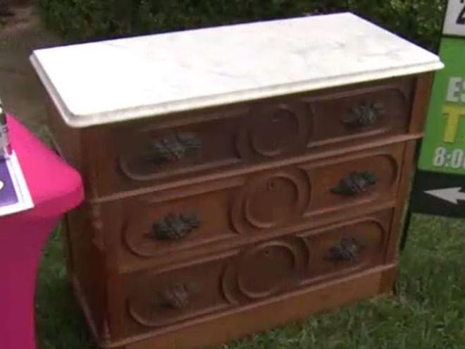 Bỏ 100 USD mua chiếc tủ cũ kỹ, người đàn ông choáng váng khi mở ngăn kéo ra