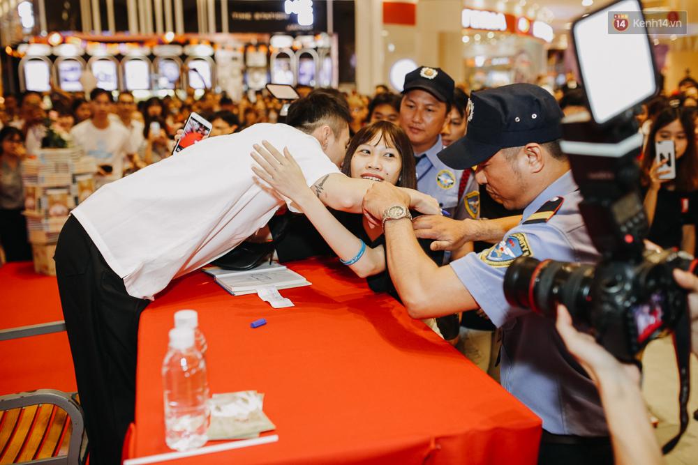 Sơn Tùng M-TP cúi gập người ôm chầm lấy fan trong buổi kí tặng sách tại TP Hồ Chí Minh