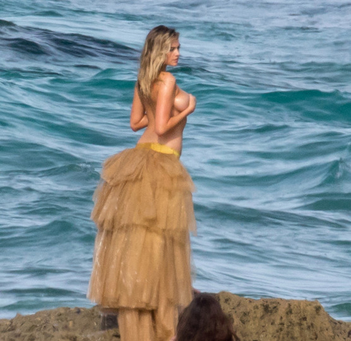 Bom sex Kate Upton bị sóng đánh nghiêng ngả khi chụp hình trên biển