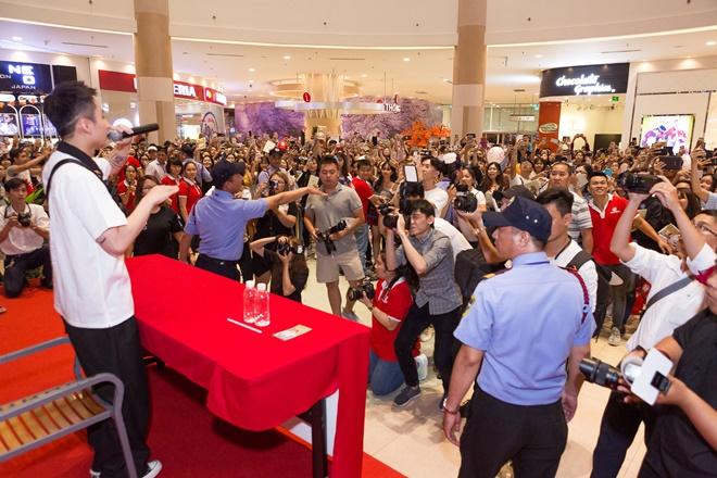 Hàng nghìn fan tranh nhau ôm Sơn Tùng M-TP