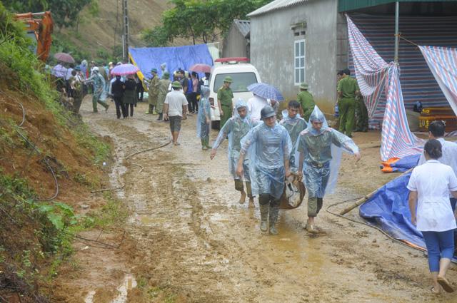 Hòa Bình: Tìm xuyên đêm các nạn nhân bị vùi trong vụ sạt lở đất