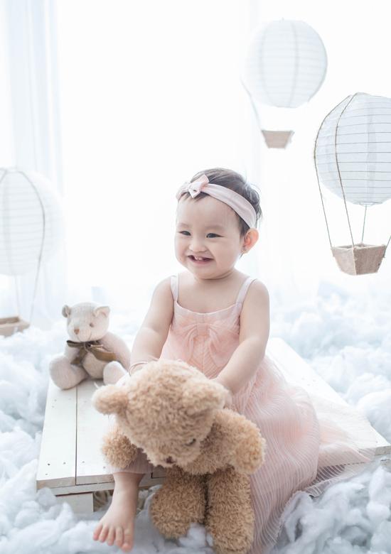 Hồng Quế khoe ảnh con gái Cherry xinh xắn như búp bê