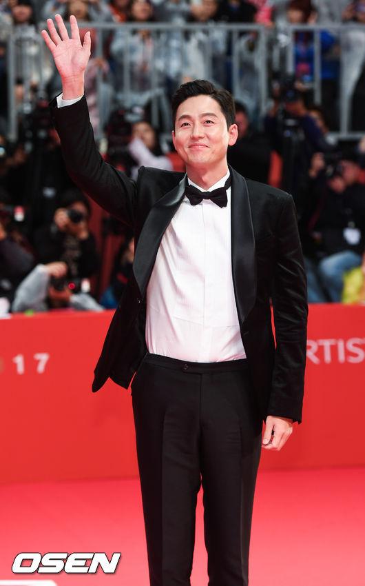 Sao nhí Gia đình là số 1 bất ngờ lột xác đầy gợi cảm trên thảm đỏ Busan