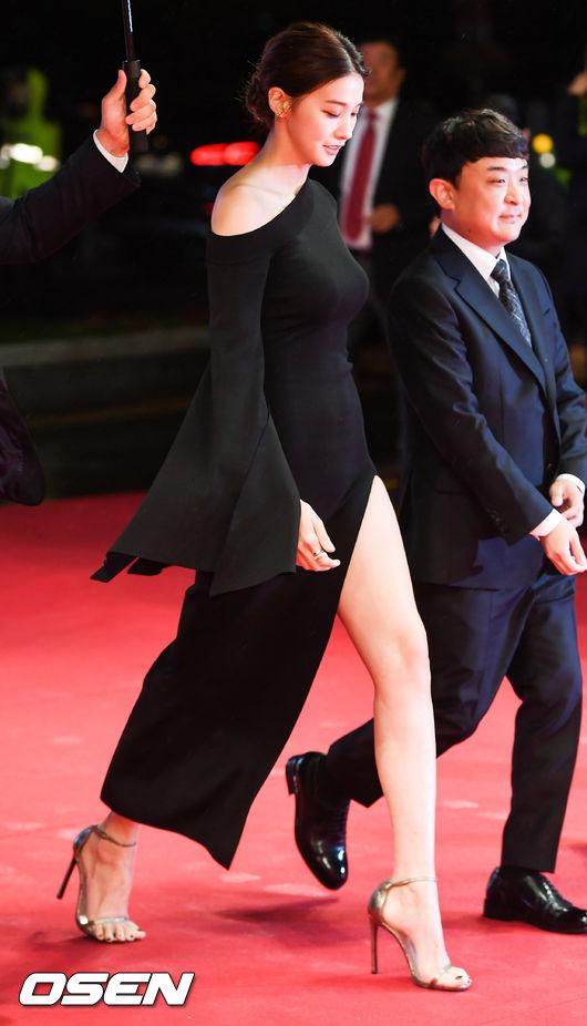 Thảm đỏ hot nhất hôm nay: Yoona khoe lưng trần bên tài tử Jang Dong Gun, sao Vì sao đưa anh tới lộ hàng