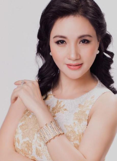 Tuổi U50, mẹ Hoa hậu Thu Ngân có 8 người con vẫn xinh đẹp ngây ngất