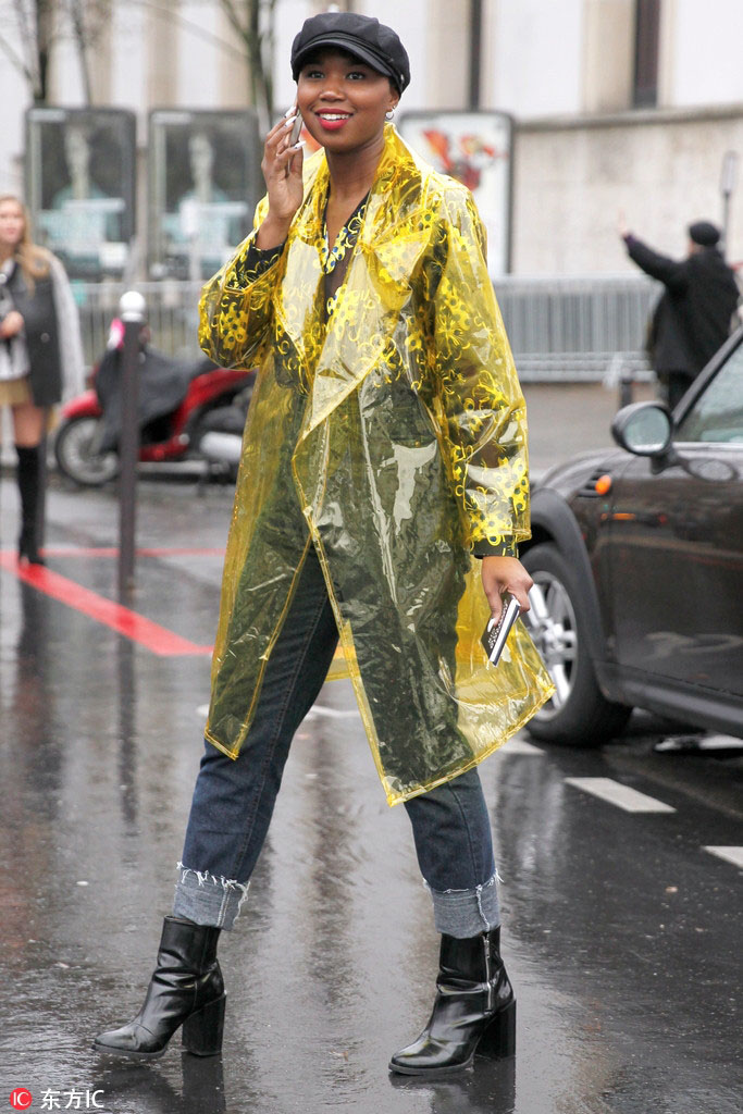 Chị em đua nhau diện mốt trời không mưa cũng mặc áo mưa