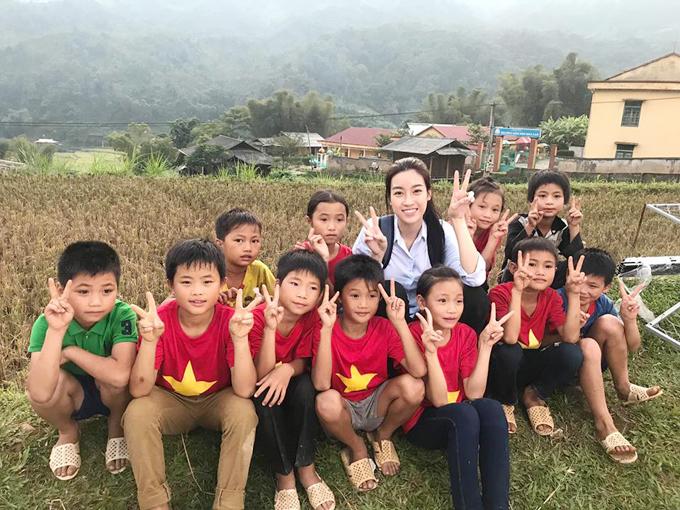 Hoa hậu Mỹ Linh dầm mưa bão, lội bùn tại Yên Bái