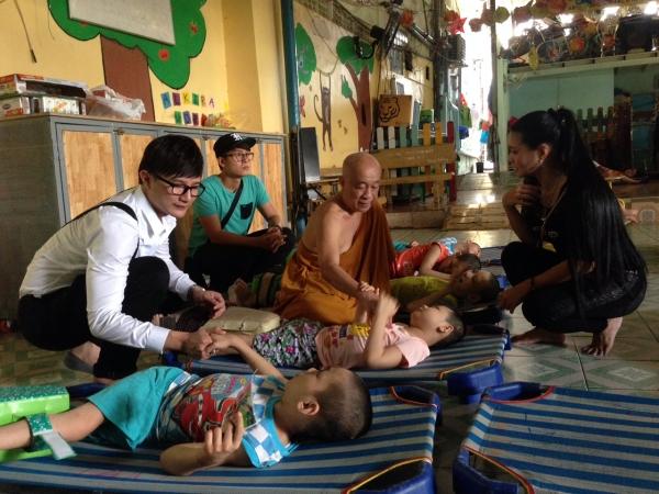 Nghệ sĩ Cải lương Ngọc Huyền thăm hỏi các 'tiền bối' ở Viện dưỡng lão nghệ sĩ TP.HCM
