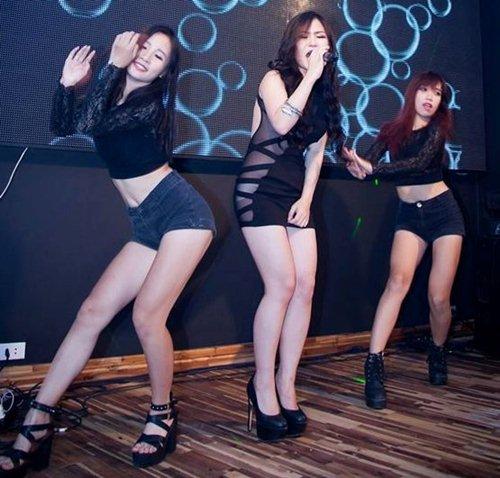 Những lần gây xôn xao vì váy siêu ngắn lộ nội y, mặc xấu của Hương Tràm