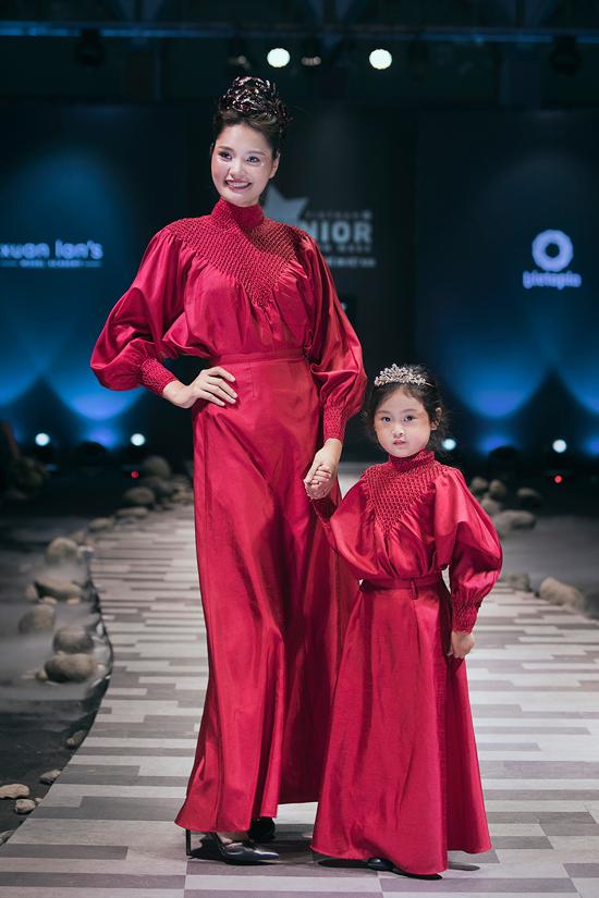 Hoa hậu Hương Giang lần đầu catwalk cùng con gái cưng