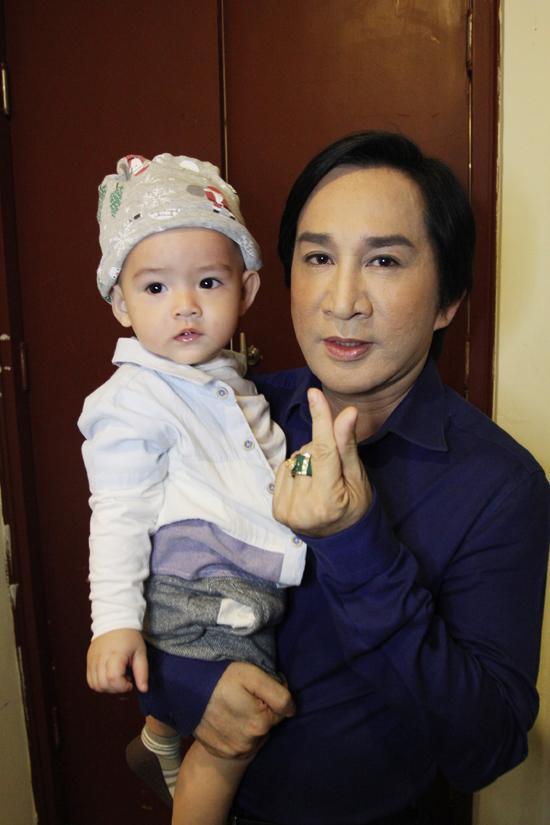 Kim Tử Long đưa hai con trai chạy show cùng bố mẹ