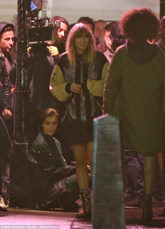 Taylor Swift diện váy ngắn, tất lưới gợi cảm quay MV mới trên phố - Hình 1