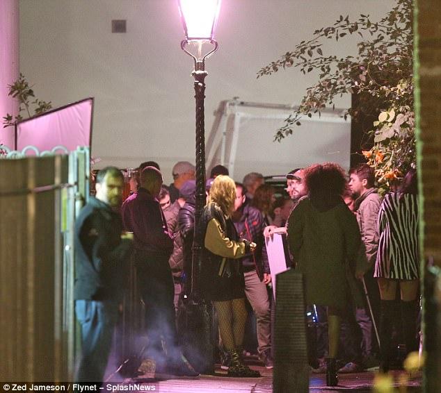 Taylor Swift diện váy ngắn, tất lưới gợi cảm quay MV mới trên phố - Hình 6