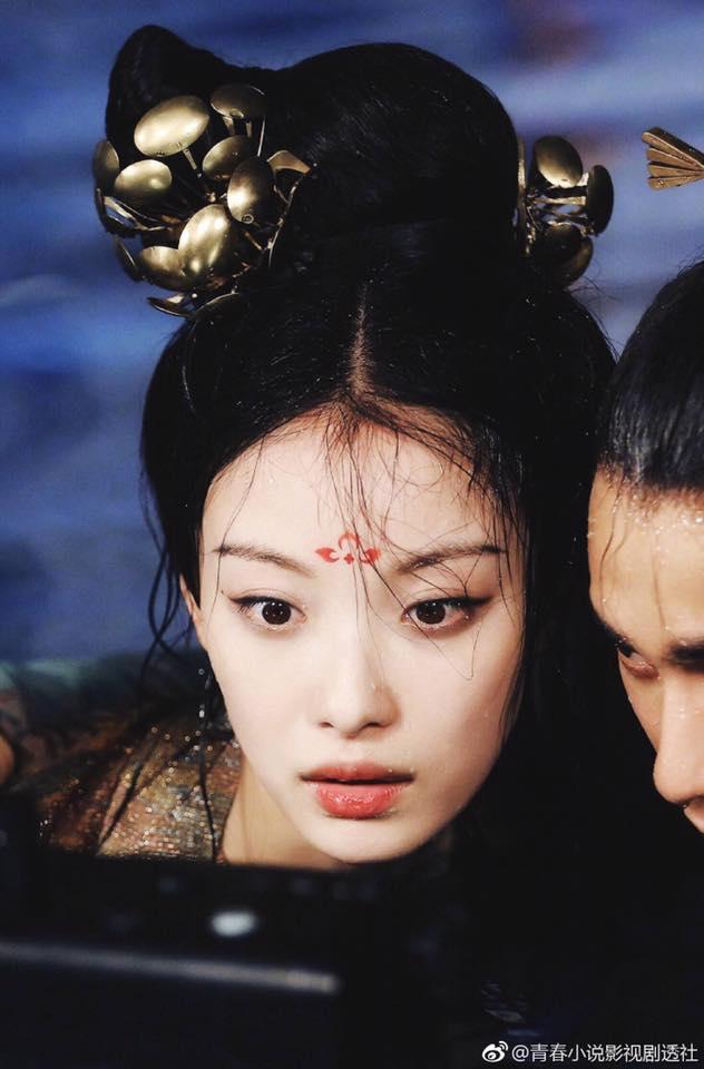 Lộ ảnh Nghê Ni cực xinh đẹp, ôm hôn Trần Khôn dưới nước