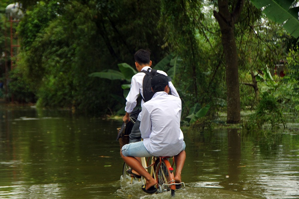 Vỡ đê Chương Mỹ: Trẻ em ngồi xe cải tiến vượt sông đến trường
