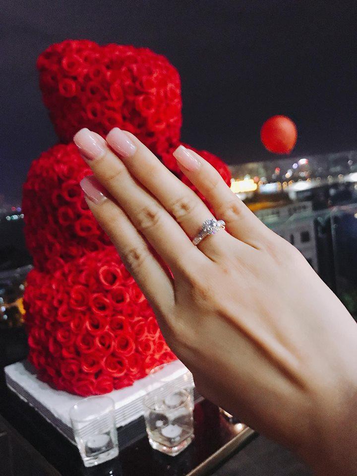 Khắc Việt ngỏ lời cầu hôn nữ DJ xinh đẹp trong không gian lãng mạn, Vbiz vừa thêm một cặp đôi tình bể bình