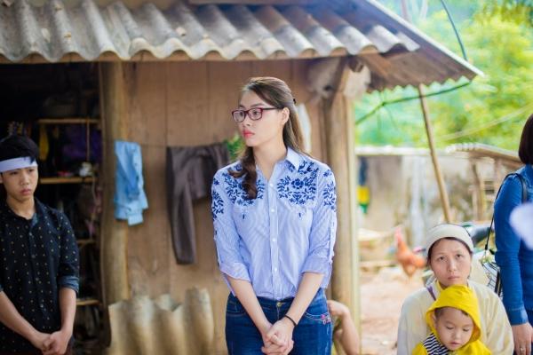 Hoa hậu biển Thuỳ Trang về quê nhà Hòa Bình cứu trợ bà con sau thiên tai
